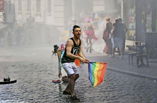 CSD-Teilnehmer in Istanbul: die Polizei schreitet gewaltsam ein Foto: AP