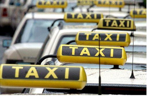 Ein Taxifahrer übersieht in Stuttgart-West beim Abbiegen eine 77-jährige Fußgängerin und erfasst sie. Foto: dpa