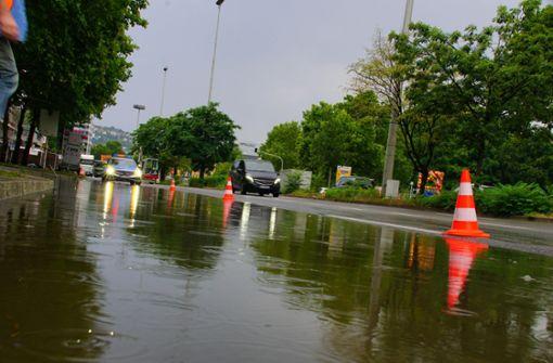 Eine Fahrspur der Konrad-Adenauer-Straße wurde überflutet und kurzzeitig abgesperrt. Foto: Andreas Rosar Fotoagentur-Stuttg