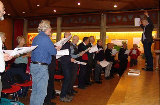 Ulrich Mangold probt mit dem Chor der Musikakademie für Senioren im Paul-Gerhardt-Saal. Foto: Friedl