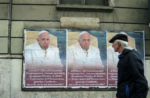 Plakat-Protest gegen den Papst
