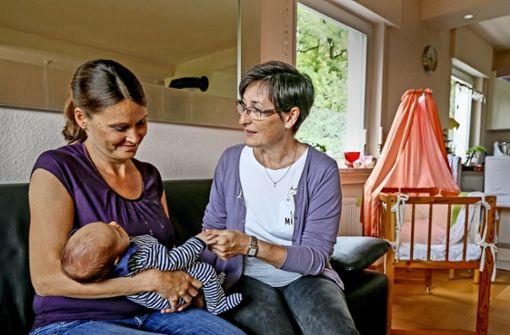 Die Besuche der Hebamme Simone Müller-Roth (rechts) geben Müttern wie Ira Klas Sicherheit in den ersten Tagen mit dem Neugeborenen. Foto: factum/Granville