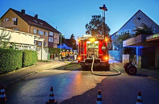 Die Feuerwehr entfernt mit 15 Mann die stinkende Säure