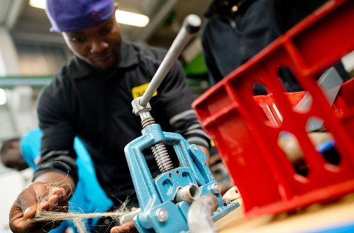 Das Mentoring-Projekt in Ostfildern hilft Flüchtlingen auch beim Berufseinstieg. Foto: dpa
