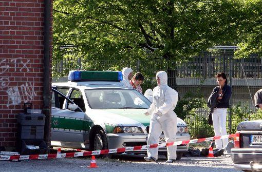 Beamte der Spurensicherung der Polizei arbeiten am 25. April 2007 auf der Heilbronner Theresienwiese an einem Tatort, an dem zuvor die Polizeibeamtin Michèle Kiesewetter getötet und der Polizist Martin A. schwer verletzt wurde. Foto: dpa