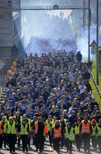 Nach der Ankunft des Zuges um 11.05 Uhr laufen die KSC-Fans auf der Benzstraße. Foto: Andreas Rosar