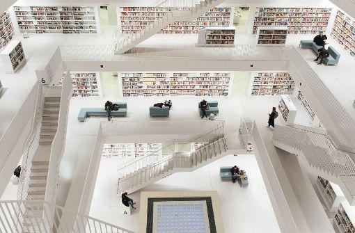 Abhängen zwischen den Bücherregalen