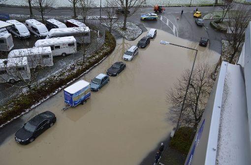 Autofahrer von überfluteter Straße überrascht