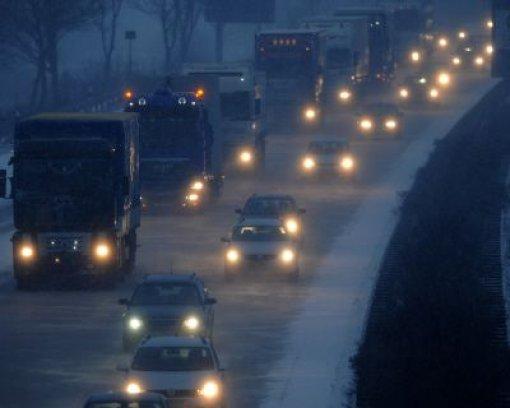 Neuschnee bringt Verkehr durcheinander