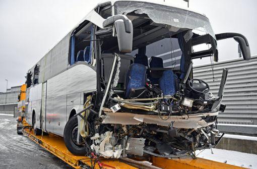 Reisebus verunglückt – eine Tote und 46 Verletzte