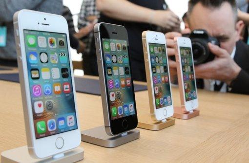 Das iPhone SE sieht äußerlich aus wie das iPhone 5 - enthält aber diverse Technologien der aktuellen größeren Modelle der 6er-Serie, wie den schnelleren Prozessor, eine 12-Megapixel-Kamera und einen NFC-Chip unter anderem für mobile Bezahlsysteme wie Apple Pay. Foto: dpa