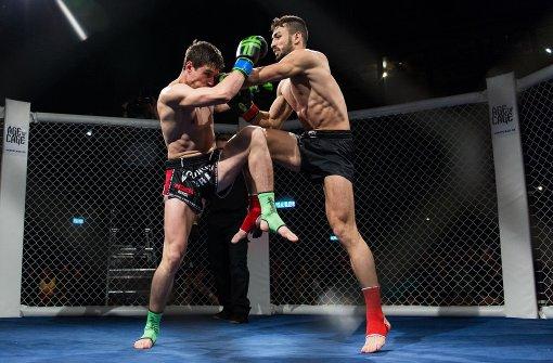 Kämpfer schlagen, treten und boxen sich im LKA