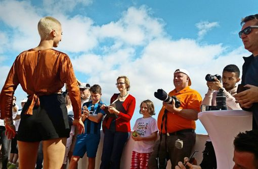 Auf dem Laufsteg himmelwärts: Miss Niedersachsen Ionna Palamaruc beim Catwalk-Training Foto: Michael Werner