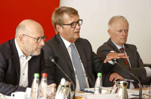 Bahn-Infrastrukturchef Ronald Pofalla (Mitte) erläutert die Digitalstrategie der Bahn. Daneben Minister Winfried Hermann (li.) und OB Fritz Kuhn, beide Grüne. Foto: Lichtgut/Leif 0