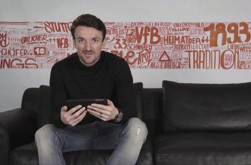 VfB-Kapitän Christian Gentner äußert sich im Video zu Fan-Tweets.  Foto: Screenshot Facebook.com/VfB