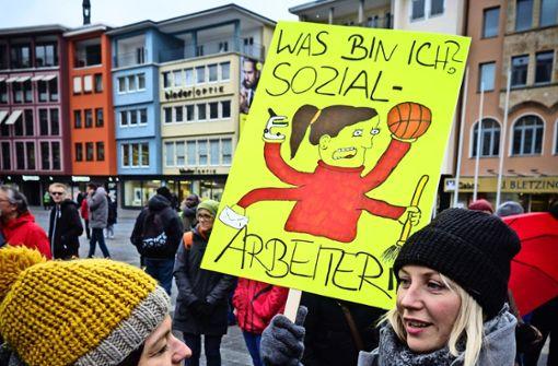 Sozialarbeiter protestieren für faire Bezahlung
