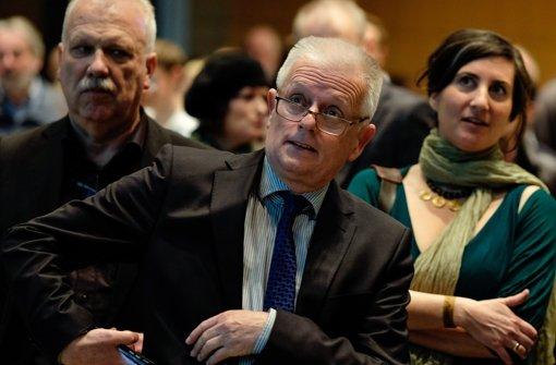Stuttgarts OB Fritz Kuhn (Mitte) und die Stadträte Andreas Winter und Anna Deparnay-Grunenberg schauen genau auf die Ergebnispräsentation – anschließend ist die Freude groß Foto: Lichtgut/Leif Piechowski