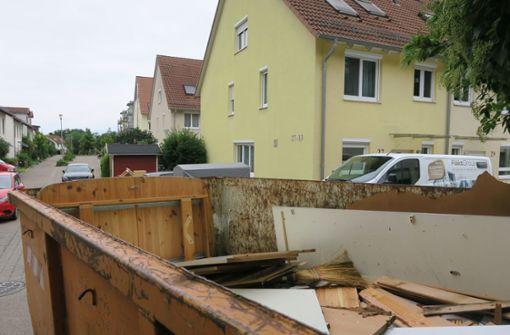 Der Bauhof hat in der Straße Im Brandfeld Container aufgestellt, in die die betroffenen Anwohner das von den Wassermassen Zerstörte hineinwerfen dürfen. Foto: Malte Klein