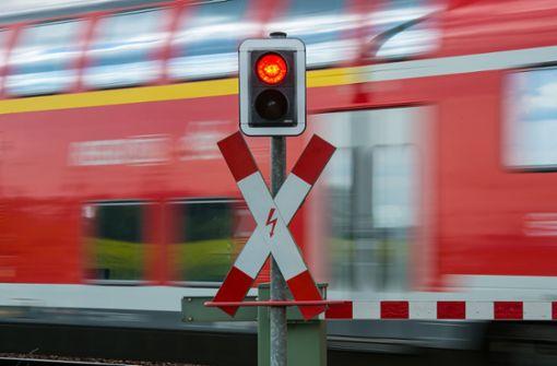Auto von Zug erfasst