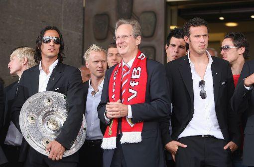 Der damalige Stuttgarter Oberbürgermeister Wolfgang Schuster (Mitte) mit den Meisterhelden des VfB von 2007 beim Empfang im Rathaus. Foto: baumann