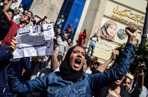 Polizei geht mit Tränengas gegen Demonstranten vor