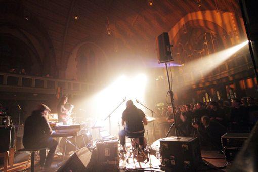 Die Band ist dramatisch inszeniert und spielt vor ... Foto: Jan Georg Plavec
