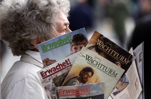 Eine Zeugin Jehovas verteilt Wachturm und Erwachet Foto: Hörner