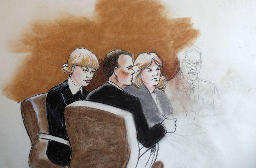 Diese Skizze eines Gerichtszeichners zeigt Taylor Swift (links) mit ihrer Mutter vor Gericht. Foto: AP