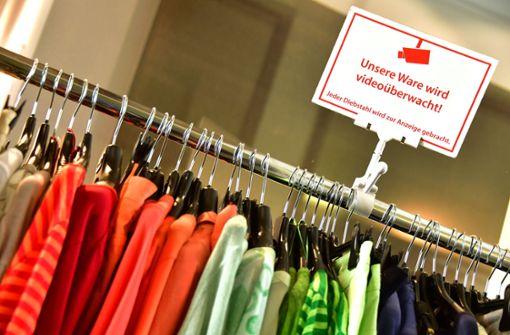 Eine Diebin nahm Klamotten im Wert von mehreren Hundert Euro mit (Symbolbild). Foto: dpa-Zentralbild