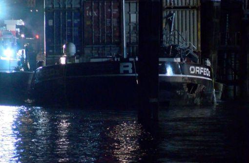 Containerschiff havariert auf dem Rhein