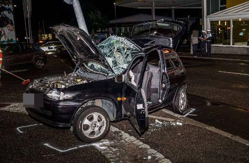 22-Jähriger rammt mit Kleinwagen Laternenmast