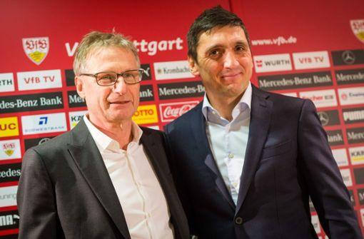 Michael Reschke (links) und sein neuer Mann: der VfB-Coach Tayfun Korkut. Der schaffte zum Auftakt seines Schaffens immerhin ein 1:1 in Wolfsburg. Foto: dpa