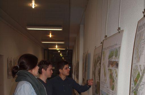 Laura Müller, Daniel Scheu (mitte) und Patrick Bergmann diskutieren  die Entwürfe ihrer Kommilitonen. Foto: Cedric Rehman