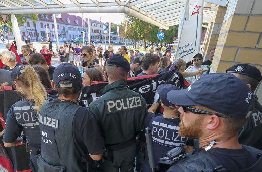 Etwa 50 Polizisten sicherten den Eingang. Foto: factum/Weise , www.factum-fotojo