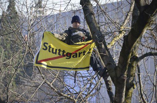 Oben angekommen entrollte er ein Protestbanner. Foto: Andreas Rosar