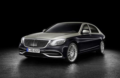 """Neu interpretiert: Der Mercedes-Maybach Grill mit feinen senkrechten Streben soll die Front """"akzentuieren"""", wie Daimler es formuliert. Inspiriert wurde der Grill von einem Nadelstreifen-Anzug. Wie die neue Version der Edellimousine von innen aussieht, zeigen wir in unserer Bildergalerie – klicken Sie sich durch! Foto: Daimler AG"""