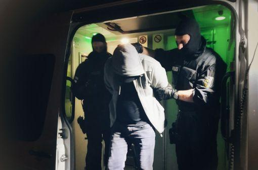 800 Polizisten gehen gegen Schleuserbande vor