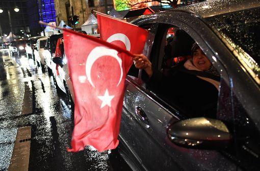 Im Autokorso haben viele Türken – wie hier in Berlin – den Sieg beim Referendum gefeiert. Foto: dpa
