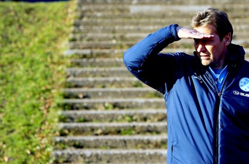 Der Blick von Guido Buchwald geht nach vorne: Der Interimstrainer der Stuttgarter Kickers möchte den Negativtrend der Blauen mit einem Sieg am Samstag gegen Darmstadt stoppen. Foto: Pressefoto Baumann