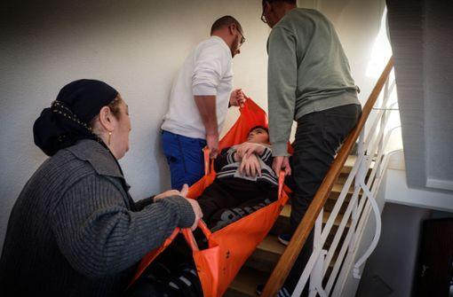 Um H. nach oben zu bringen, braucht es zwei Männer und die Mutter. Foto: Lichtgut/Achim Zweygarth