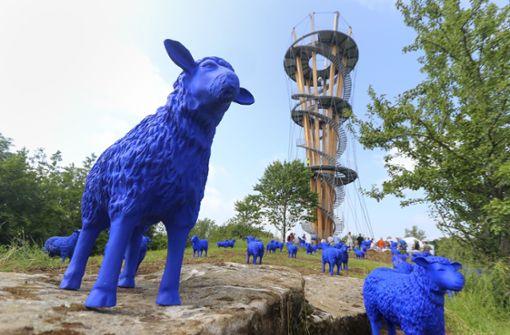 65 blaue Schafe waren um den Turm herum aufgebaut. Foto: factum/Granville