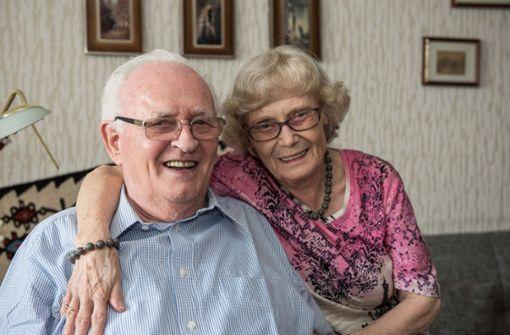 Hans-Oswald (88) und Dorothe Kessler (87), seit 65 Jahren verheiratet.   Er: Ich finde, als Mann sollte man immer ein bisschen zurückstecken und der Frau die Richtlinie überlassen. Man fährt als Mann immer besser, wenn man tut, was die Frau sagt.Sie: Man sollte nie zerstritten schlafen gehen. Wenn die Situation angespannt ist, sollte man einfach mal alleine einen Spaziergang machen, das beruhigt. Foto: Lichtgut/Max Kovalenko