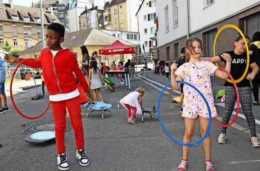 Spielraum  statt Autostraße:  in der Obernitzstraße haben Kinder drei Stunden lang ungestört toben können. Foto: Georg Linsenmann