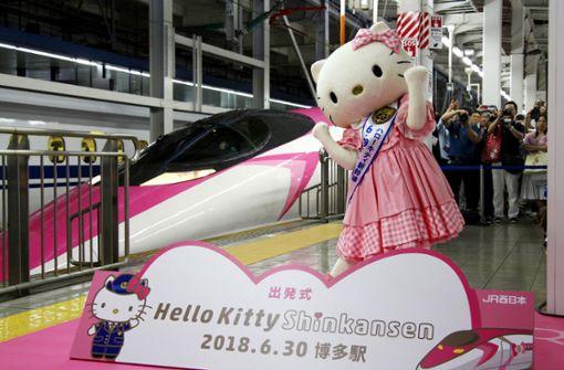 Die Jungfernfahrt wurde von hunderten Zuschauern begleitet. Foto: Kyodo News