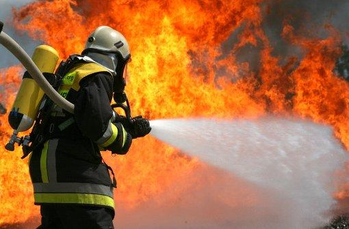 Feuer bricht in Fabrikhalle aus