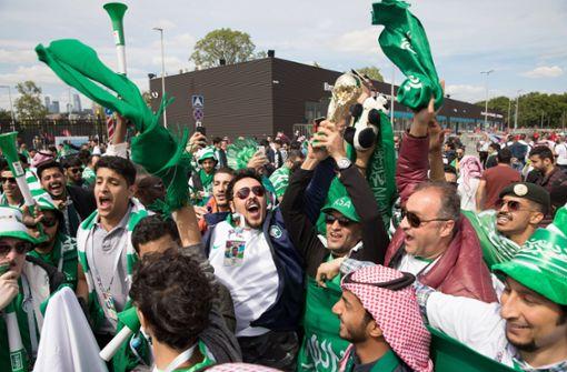 Fans von Saudi Arabien sammeln sich außerhalb des Moskauer Stadions Luschniki. Foto: dpa