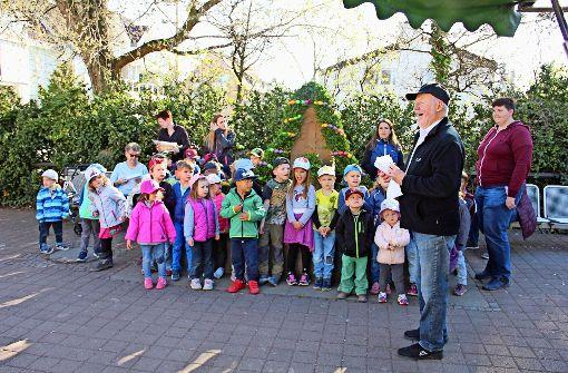 Zusammen mit Martin Hechinger vom Bürgerverein (2.v.r.) und allen anderen Anwesenden sangen die Kinder der evangelischen Tagesstätte Foto: Zeyer