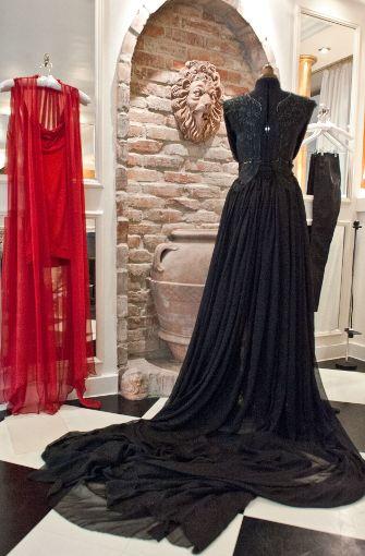 Das lange schwarze Kleid mit der aufwendigen Stickerei und meterweise Chiffon ist eines der aktuellsten Modelle von ... Foto: Lichtgut - Oliver Willikonsky