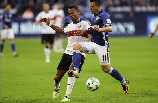 bDennis Aogo (3):/b Schlug wie schon beim vorangegangenen Heimsieg gegen Mainz 05 die meisten Flanken und suchte viele Zweikämpfe. Einer der auffälligsten Akteure im Trikot des VfB. Hatte in der Rückwärtsbewegung aber seine Probleme, wenn Königsblau aufs Tempo drückte.  Foto: Bongarts