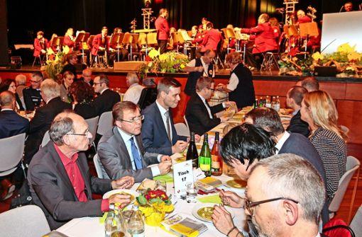 Rege Tischgespräche und schwäbische Bouillabaisse: Stefan Siller, Paul Nemeth und Tobias Heizmann /vonre von links) ließen sich das Fastengericht schmecken. Foto: factum/Bach